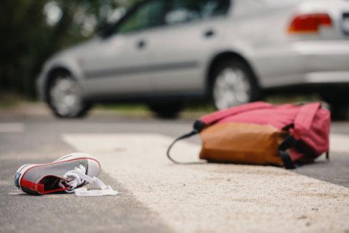 מכונית ותיק על הרצפה